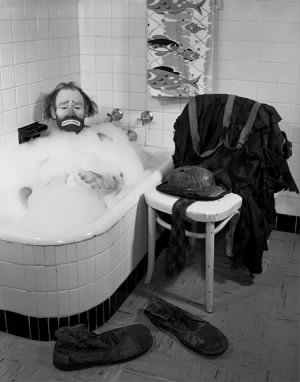 471px-Ringling_Circus_clown_Emmett_Kelly_in_a_bubble_bath_Sarasota,_Florida.jpg