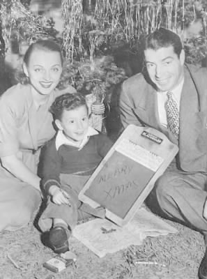 Joe-DiMaggio-and-Dorothy-Arnold-Under-Christmas-Tree-with-Joe-Jr..jpg